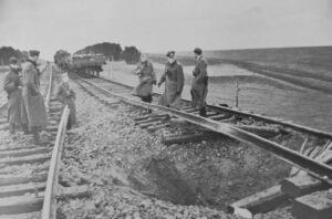 Фашисты у взорванной партизанами железной дороги